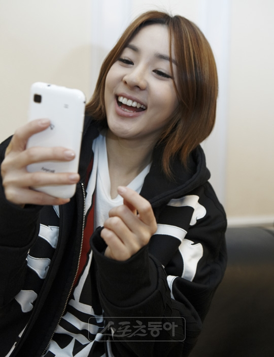Sandara park forum sandara sometimes play games on her smartphonewhile the film set is being set up out of habit she fiddles around with her smartphone voltagebd Gallery