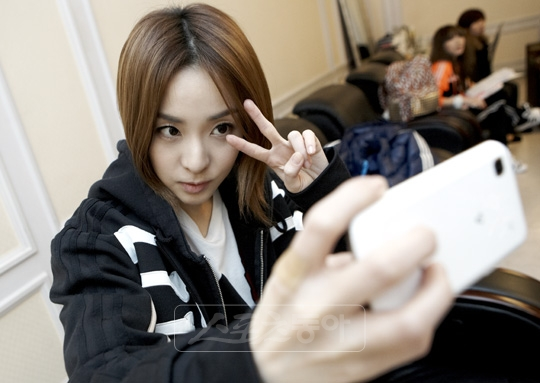 2NE1_110413_DARA_ARTICLE_NEWME2DAYCF